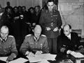 Podpisanie aktu kapitulacji 7 maja 1945 roku w kwaterze głównej gen. Dwighta D. Eisenhowera / Fot. AFP