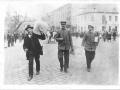 Trzech mężczyzn z urną wyborczą   fot. ze zbiorów Muzeum Powstań Śląskich w Świętochłowicach