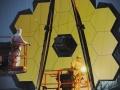 Inżynierowie przeprowadzają inspekcję białego światła w cleanroomie należącego do NASA Centrum Lotów Kosmicznych imienia Roberta H. Goddarda (Goddard Space Flight Center) w Greenbelt (Maryland, USA). Fot. NASA/Chris Gunn