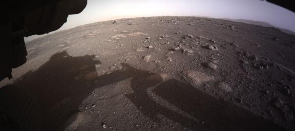 Pierwsze zdjęcia zrobione przez łazik po lądowaniu na Marsie. Źródło: NASA