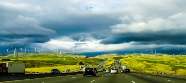 Wprowadzenie zakazu sprzedaży lub w ogóle używania samochodów napędzanych przez paliwa kopalniane jest zwykle częścią szerszego programu przejścia na czystsze i oszczędniejsze źródła energii. Foto: Pixabay.com